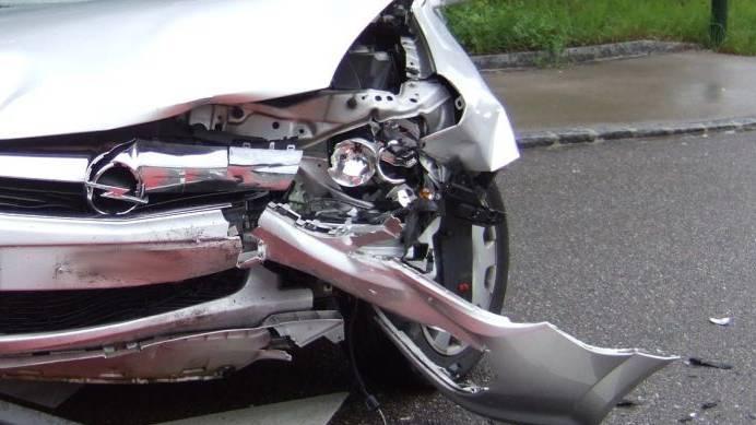 Auto kollidiert mi Sattelschlepper. (Symbolbild)
