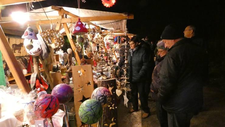 Auf dem 24. Weihnachtsmarkt beim Waldhaus genossen zahlreiche Besucher die stimmungsvolle Marktatmosphäre.