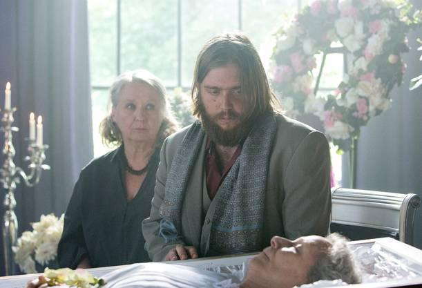 Jonathan (Simon Käser) trauert um die tote Mutter – hinter ihm Erika Bürgisser (Suly Röthlisberger).