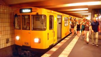 Eine U-Bahn-Komposition der Berliner Linie U2.
