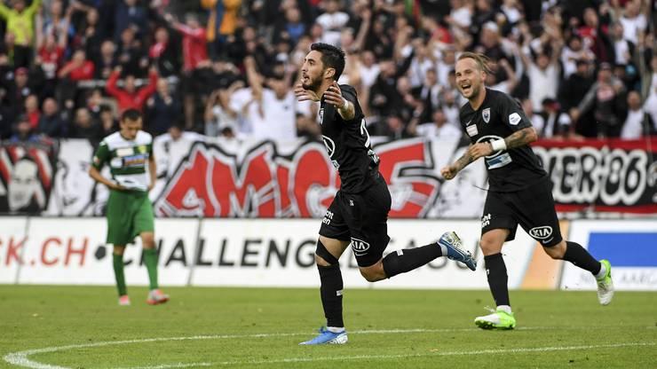 Petar Misic (l.) und Markus Neumayr (r.) feiern den Treffer zum 4:1.