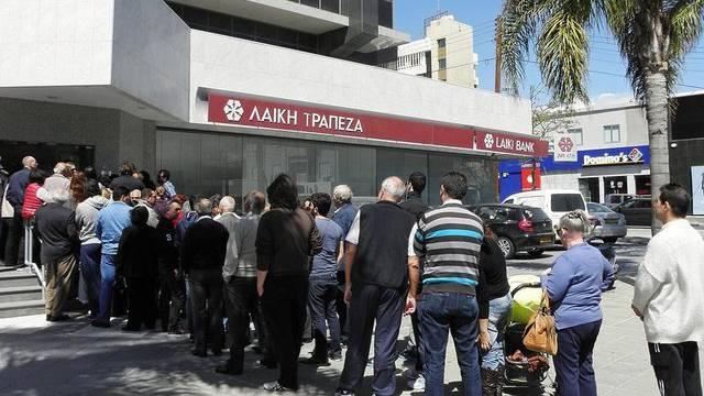 Schlange stehen ist auch heute in Zypern wieder angesagt