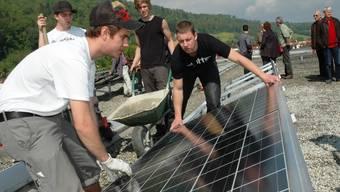 Lehrlinge installieren die neuen Solarpanels.