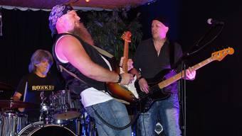 Blueshexenmeister Philipp Gerber (Mitte), Bassist Jean-Claude Wirth und Schlagzeuger Freddy Steady in Aktion.