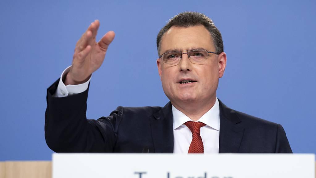 Die Schweizerische Nationalbank (SNB) und Präsident Thomas Jordan wollen für mehr Transparenz am Schweizer Hypothekarmarkt sorgen. Geplant ist die Veröffentlichung zusätzlicher Statistiken und ein umfangreicherer Datenteppich für diesen Markt.(Archivbild)