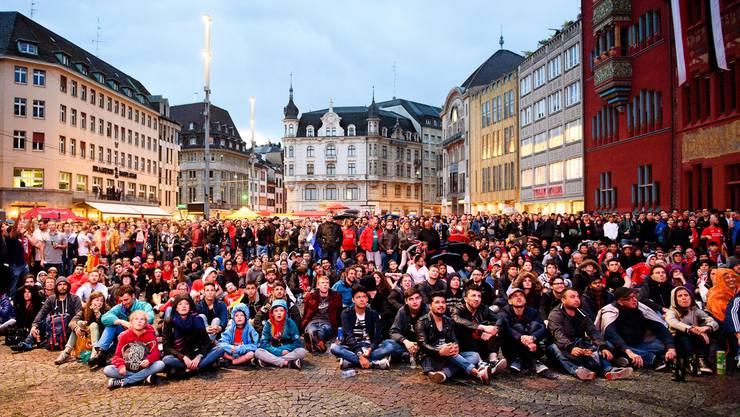 Hunderte Sevilla-Fans haben sich auf dem Marktplatz versammelt, um gemeinsam das Spiel zu schauen.