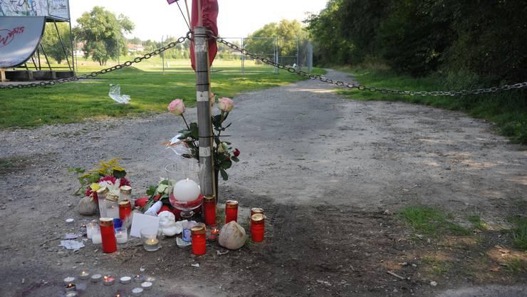 An diesem Ort fuhr ein 13 Jähriger Knabe mit seinem Pocket Bike gegen eine gespannte Kette und zog sich tödliche Verletzungen zu.