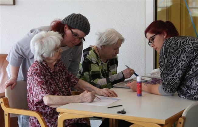 Die Pflegefachkräfte arbeiten in der «Stapfenmatt» in Alltagskleidern und schaffen damit Nähe zu den betreuenden Menschen.