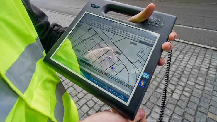 Per Tablet werden die einzelnen Hauseingänge vermessen.
