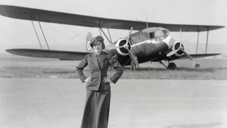 Nelly Diener im Jahr 1934 in Dübendorf vor der Curtiss Condor, in der sie später abgestürzt ist.