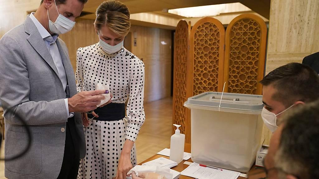 Bei der Parlamentswahl in Teilen Syriens gaben auch Machthaber Baschar al-Assad und seine Frau Asma ihre Stimmen ab. Kritiker sprechen von einer Farce, weil die Abstimmung von der Führung in Damaskus kontrolliert wird und dem Land einen demokratischen Anstrich geben soll.