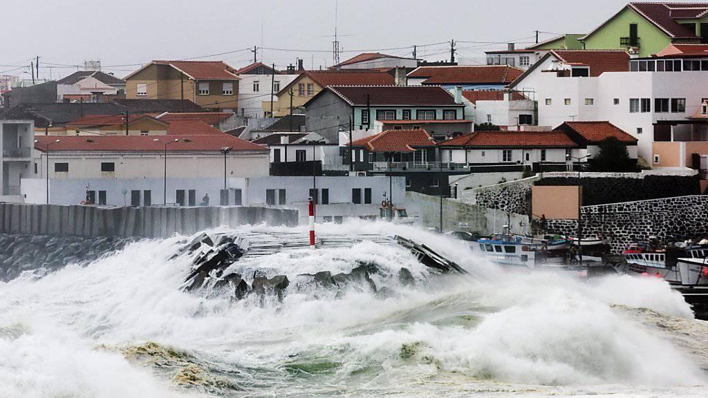Mehrere Menschen wurden wegen der Unwetter auf den Azoren in Sicherheit gebracht.