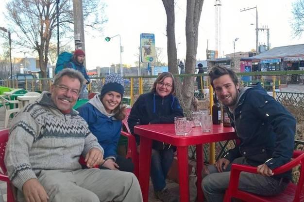 Schweizer-Treffen in der bolivianischen Wüste_Res (l.) und Erika (z.v.r.) wissen noch nicht, was sie nach ihrer Rückkehr in die Schweiz machen.