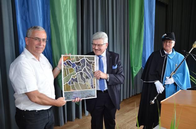 Landammann Roland Brogli überreicht Gemeindeammann Roland Frauchiger (links) die Kantons-Wappenscheibe