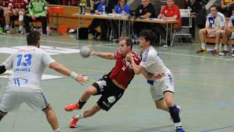 HSC-Spieler Patrick Roman wird von Simon Schild angegangen.
