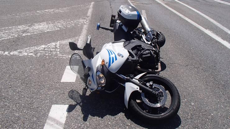 In Lenzburg rammte eine Junglenkerin einen Motorradpolizisten.