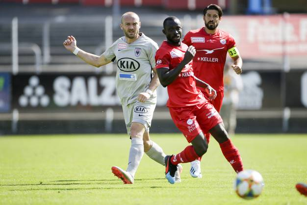 Marco Schneuwly (l.) verliert die Kugel an Ousmane Doumbia.