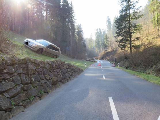 Wegen der Bergungsarbeiten musste die Strasse für rund eine Stunde gesperrt werden.