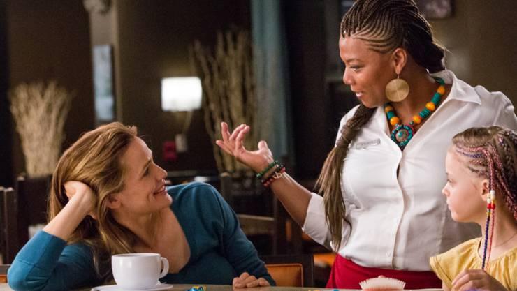 """Szenebild aus dem Film """"Miracles from Heaven"""", der Jennifer Garner (l) dazu veranlasst hat, wieder Gottesdienste zu besuchen. (Mitte Queen Latifah, rechts Kylie Rogers). (Archivbild)"""
