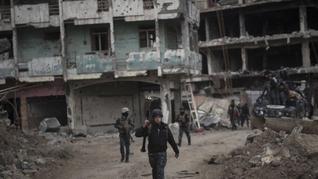 Kämpfer der irakischen Bundespolizei kehren von der Frontlinie in Westmossul zurück: Ein Vorwärtskommen ist in den engen Strässchen der Altstadt schwierig, die Regierungstruppen beklagen schwere Verluste, die Schäden an den Gebäuden sind immens.