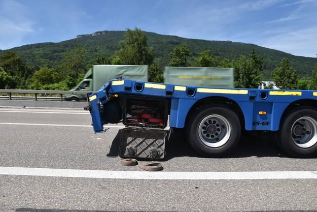 A1 bei Oensingen SO, 25.Juni: Auf der Autobahn A1, zwischen Oensingen und Härkingen in Fahrtrichtung Zürich, hat sich eine Auffahrkollision zwischen zwei Sattelmotorfahrzeugen ereignet. Ein Fahrzeuglenker wurde dabei verletzt.
