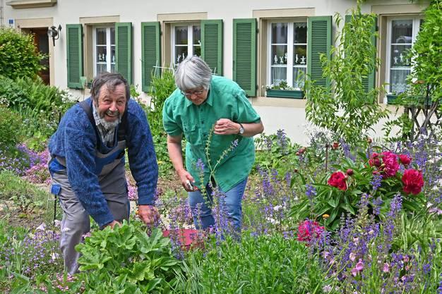 Sepp und Vreni Hof helfen einander bei der Gartenarbeit.
