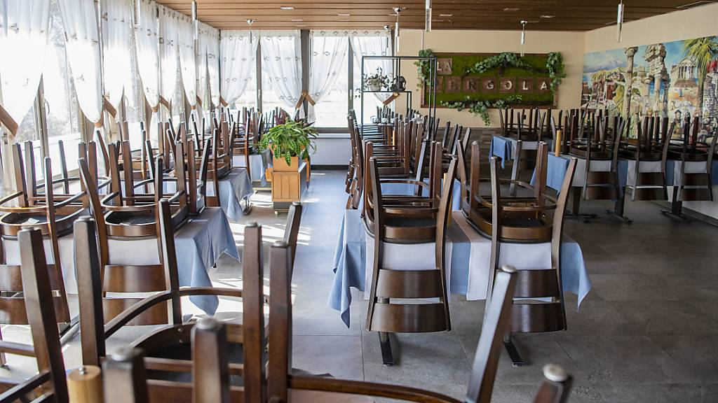 Ein geschlossenes Restaurant in Stans NW. Die Gastronomiebranche ist besonders stark auf Härtefallhilfe angewiesen. (Archivaufnahme)