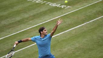 Roger Federer serviert gegen Mischa Zverev.