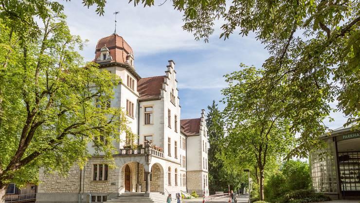 Hier wird's bald eng: Der Pausenplatz vor dem alten Schulhaus Ländli. Rechts hinter dem Parkhauseingang steht das Provisorium. (Archiv)
