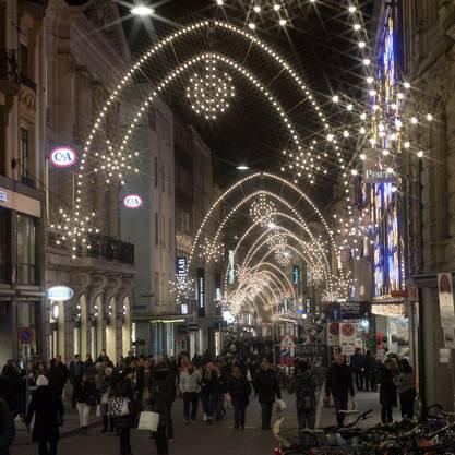 Licht an: Die Weihnachts-Beleuchtung in der Freien Strasse wurde heute angeknipst.