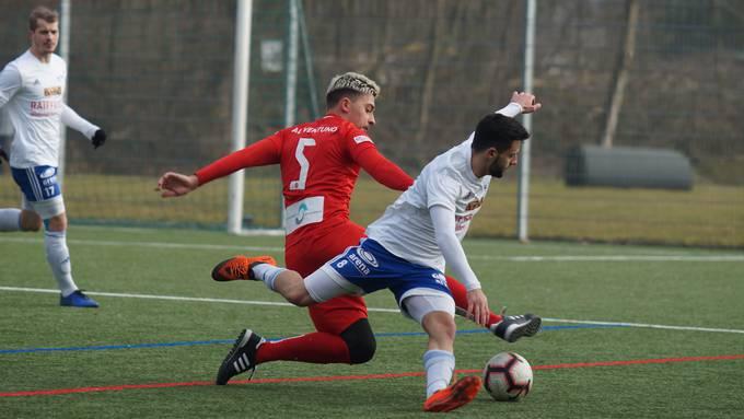 Einer der sieben neuen Spieler im Team des FC Dietikon: Innenverteidiger Anis Ramcilovic im roten Trikot.