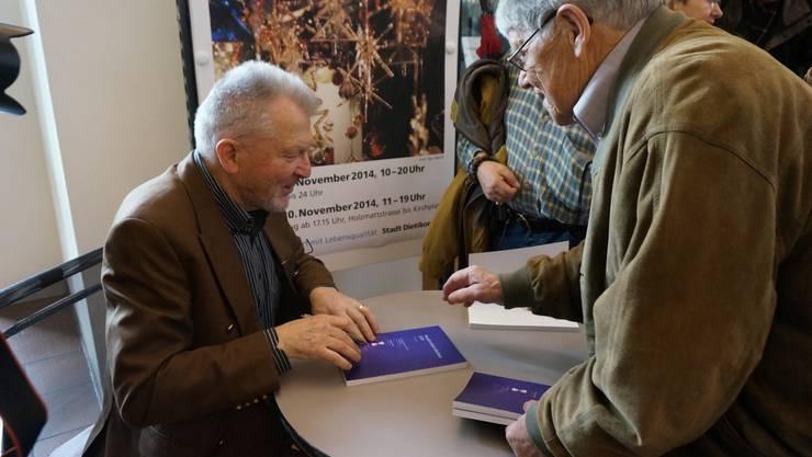 Autor Hans Peter Trutmann signiert das von ihm verfasste Neujahrsblatt.