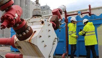 Um Druck abzulassen und damit die Gefahr eines Erdbebens zu senken, wird das Geothermie-Bohrloch in Basel über einen Zeitraum von zehn Wochen stufenweise geöffnet.