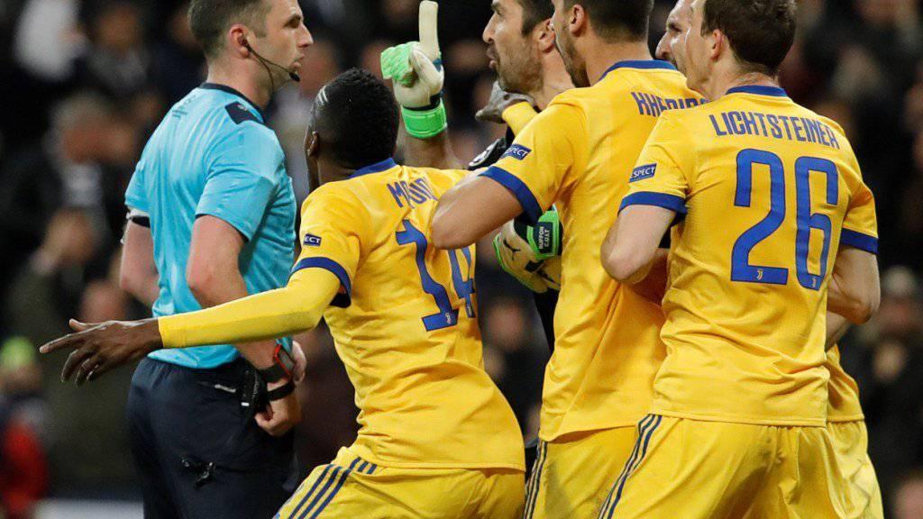 Schiedsrichter Oliver wird von den Juventus-Spielern bedrängt