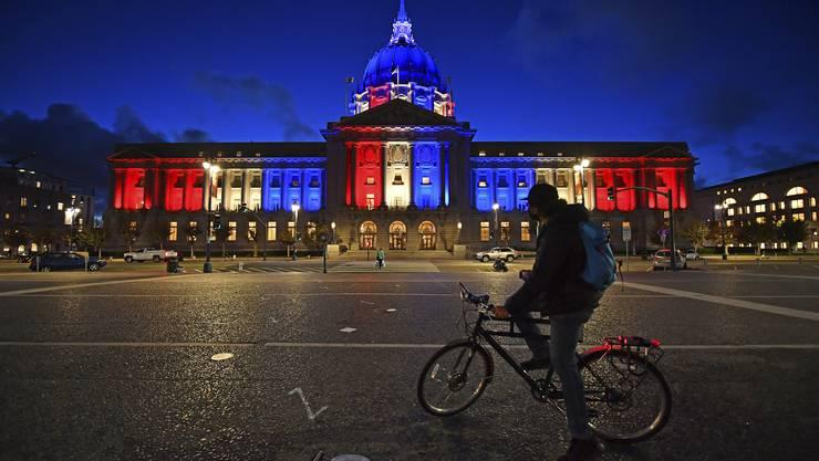 Während den US-Wahlen erstrahlte das Rathaus in San Francisco in den Nationalfarben Rot-Weiss-Blau. Möglicherweise geben die USA bald grünes Licht für Nicht-Amerikaner bei der Einreise.