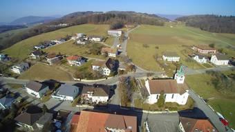 Auf diesem Teil der Rothackerstrasse möchte die Gemeinde im Rahmen der Ortsplanungsrevision eine Dorfkernzone mit Tempo 30 einrichten.