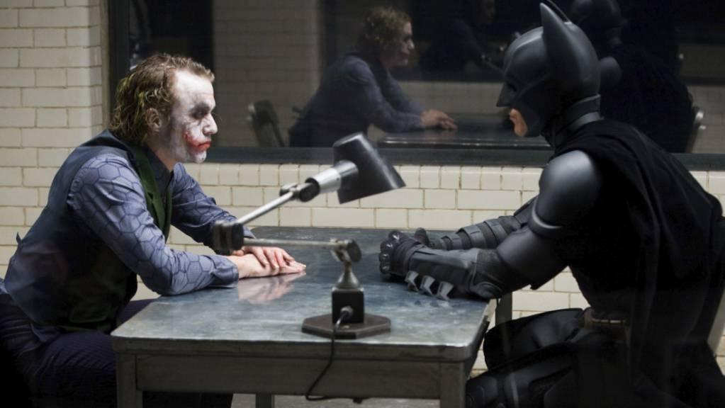 Heath Ledger (l) und Christian Bale in einer Szene aus dem Film «The Dark Knight» von 2008.