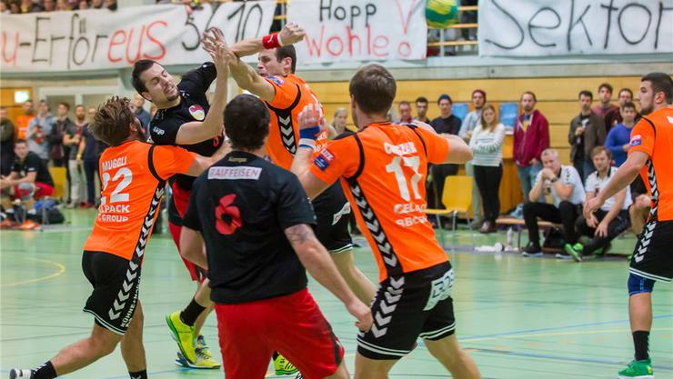 Adrian Studerus von Handball Wohlen kämpft sich im Cup gegen Kadetten Schaffhausen durch. Fabio Baranzini