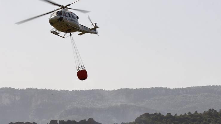 Die Feuerwehr bekämpft die Flammen auch aus der Luft mit Lösch-Helikoptern.