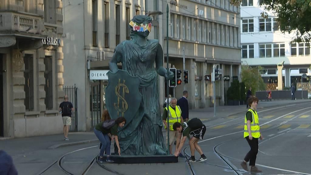 Greenpeace-Aktivisten protestieren mit Helvetia auf dem Paradeplatz