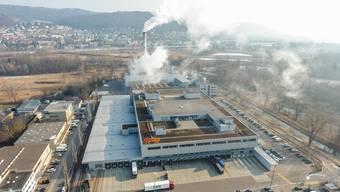 Die Coop-Verteilzentrale (vorne), die die Limeco kaufen will, grenzt direkt an die alte Kehrichtverwertungsanlage (KVA) im Dietiker Silbern-Gebiet.