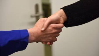 Schüler dürfen ihren Lehrern an Baselbieter Schulen nicht mehr den Händedruck verweigern.