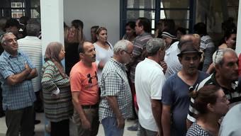 Bei der Präsidentschaftswahl in Tunesien haben sich lange Schlangen vor den Wahllokalen gebildet, so in La Marsa, einem Vorort von Tunis.
