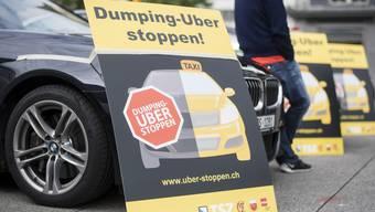 Vereinzelte Taxifahrer demonstrieren ihre Abneigung gegen das amerikanische Transportunternehmen Uber, am Dienstag, 17. Mai 2016, in Zuerich.