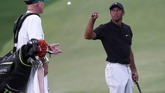 Tiger Woods, hier mit Caddie Joe LaCava, spielt am US Masters sehr geduldig