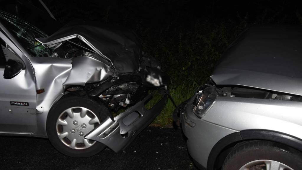 Die beiden Autos wurden bei der Frontalkollision schwer beschädigt.