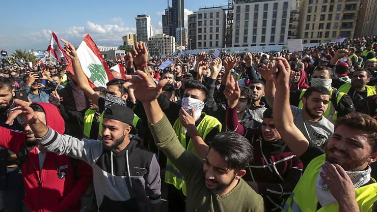 Hunderte haben im Zentrum von Beirut gegen Korruption und die schwierige Versorgungslage demonstriert - zum Teil in gelben Westen.