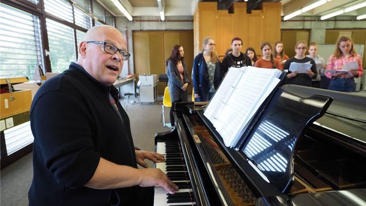 Chorleiter Ueli Trautweiler probt mit dem Musical Chor der Kantonsschule Olten für das Abschiedskonzert am 2. Juli.