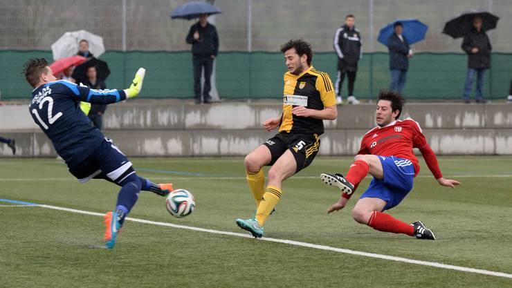 Reinachs Ivano Biancavilla (r.) erzielt den Siegtreffer zum 0:1 und lässt Aeschs Goalie Yannick Flocken (l.) keine Chance Foto.