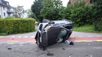Der Autofahrer überquerte die Gegenfahrbahn und kollidierte seitlich-frontal mit einem Baum.